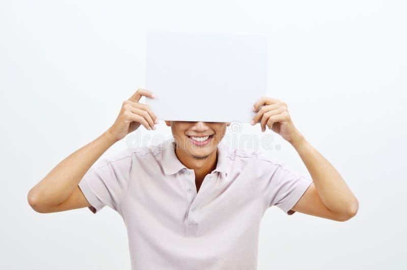 Azjatycki mężczyzna trzyma pustej karty nakrycia twarz fotografia stock