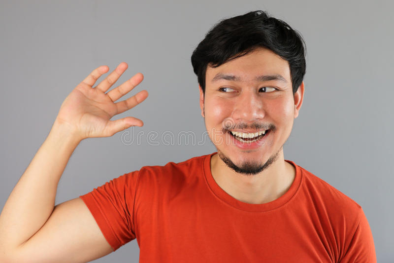 Azjatycki mężczyzna udaje podnosić coś up fotografia stock