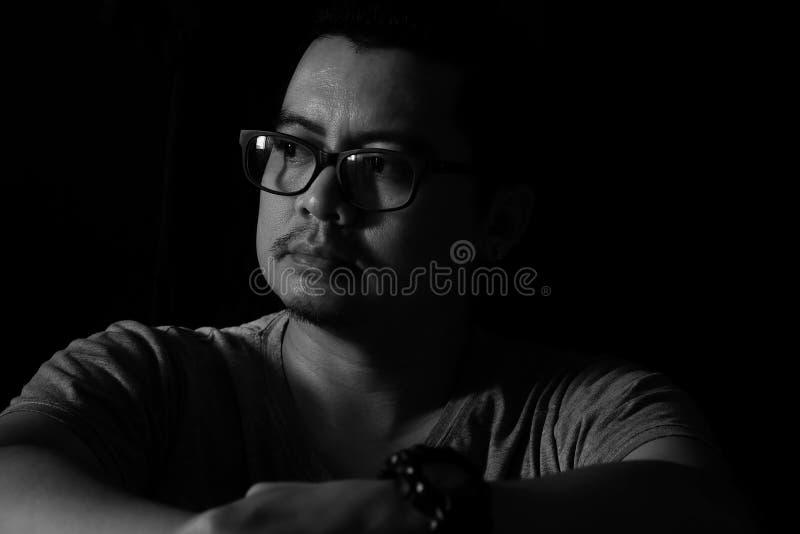 Azjatycki mężczyzna w Ciemnym smutnym nastroju obrazy royalty free