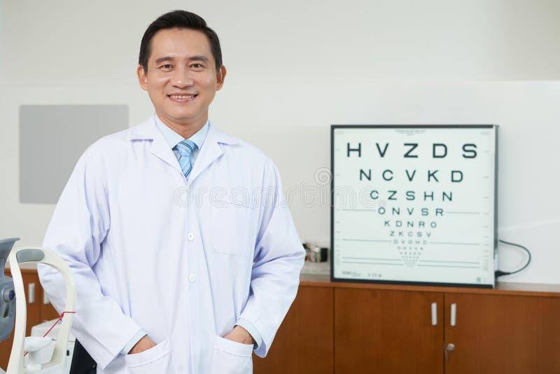 Azjatycki mężczyzna w okulistyka gabinecie fotografia stock