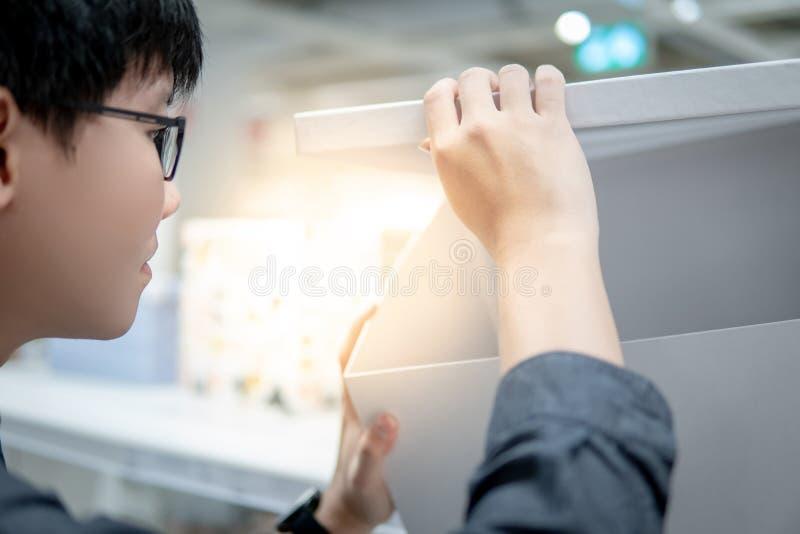 Azjatycki mężczyzny otwarcia białej księgi pudełko obrazy stock