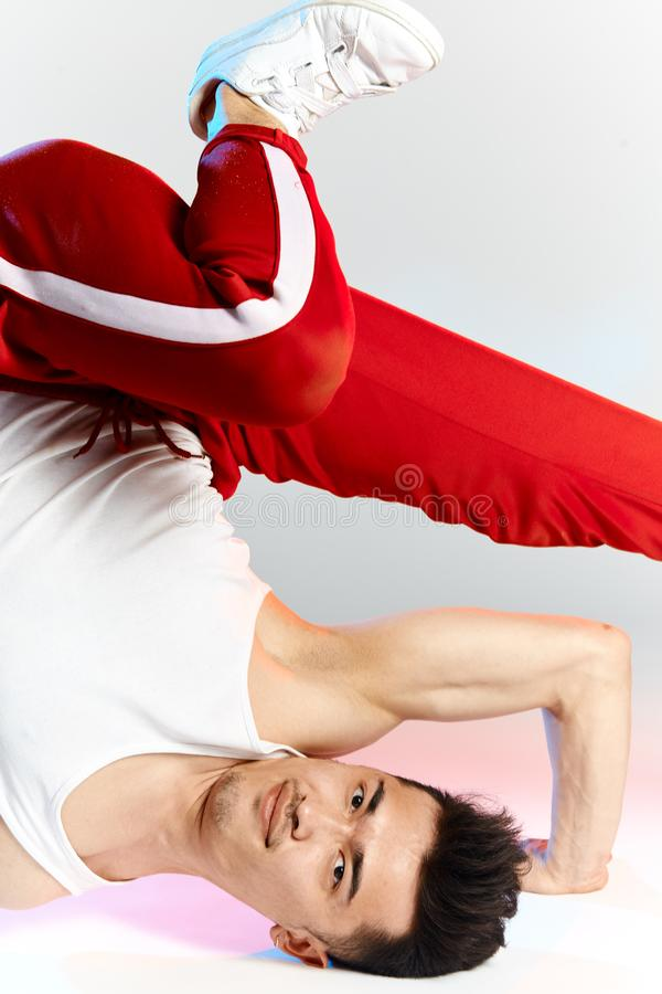 Azjatycki męski breakdancer taniec na białym tle, robi naramiennej mróz postawie obraz royalty free
