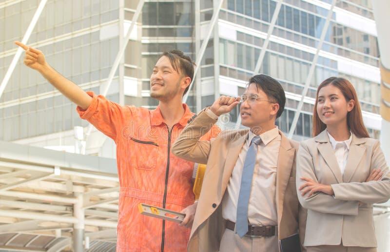 Azjatycki Młody biznesmenów i inżynierów widok budowa obrazy stock