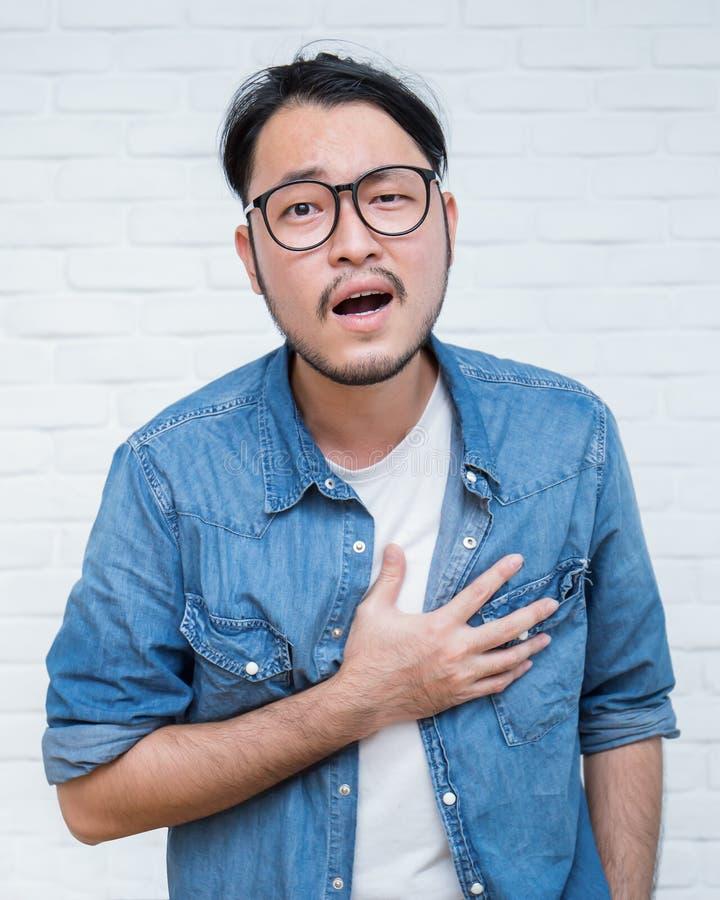 Azjatycki młody człowiek ma ataka serca zdjęcie stock