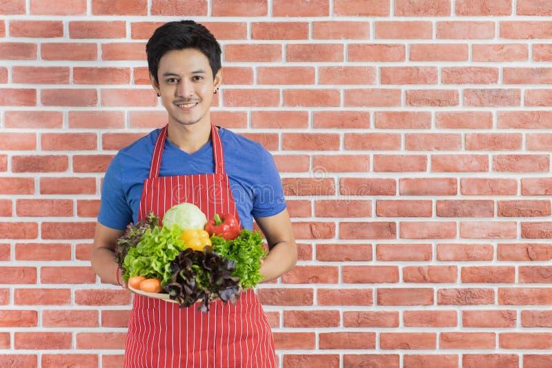 Azjatycki m??czyzna kucharstwo obrazy stock