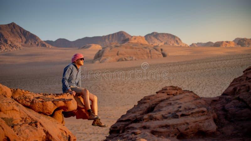Azjatycki m??czyzny podr??nik w wadiego rumu pustyni, Jordania obrazy royalty free