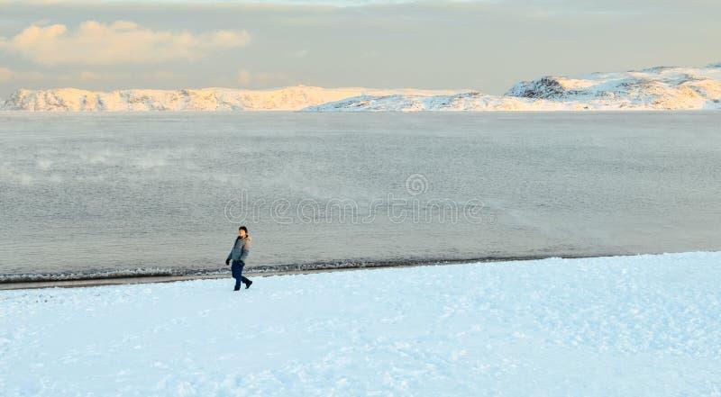 Azjatycki m?ski odprowadzenie na Arktycznej pla?y zdjęcie royalty free