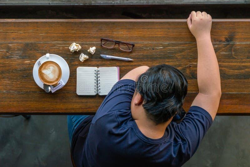 Azjatycki marketingowy freelancer uczucie męczący i stresujący się fotografia royalty free