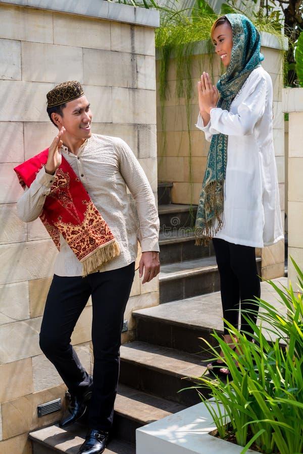 Azjatycki Muzułmański mężczyzna iść pracować zdjęcie royalty free