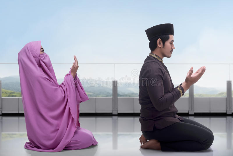 Azjatycki muzułmański mężczyzna i kobieta ono modli się wpólnie obraz royalty free