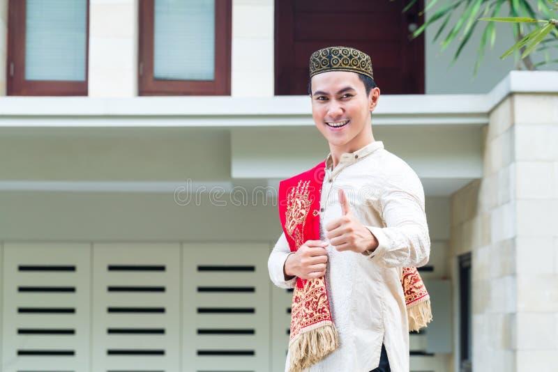 Azjatycki Muzułmański mężczyzna jest ubranym tradycyjną suknię zdjęcie stock