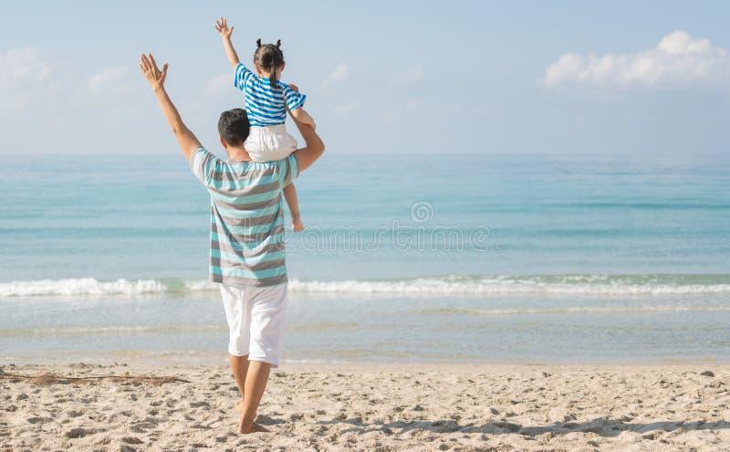 Azjatycki ojciec i córka na plaży zdjęcia stock