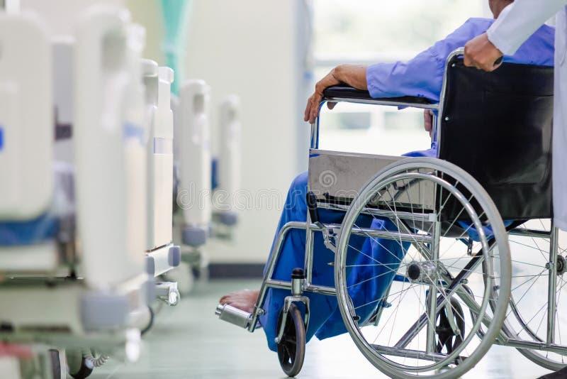 Azjatycki pacjent w wózka inwalidzkiego obsiadaniu w szpitalu z Azjatyckim docto obrazy stock