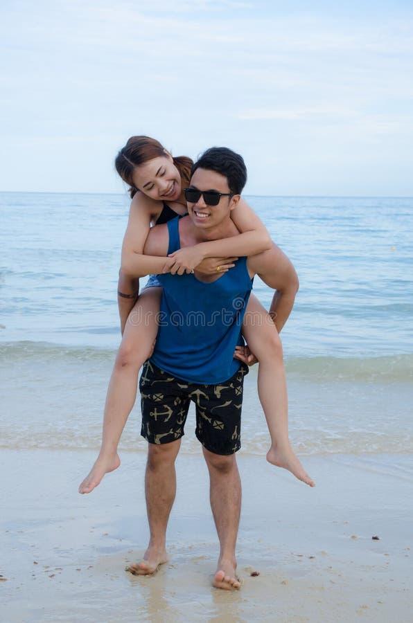 Azjatycki pary odprowadzenie na plaży zdjęcie royalty free
