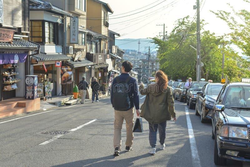 Azjatycki pary odprowadzenie przy Kiyomizu-Zaka ulicą obraz royalty free
