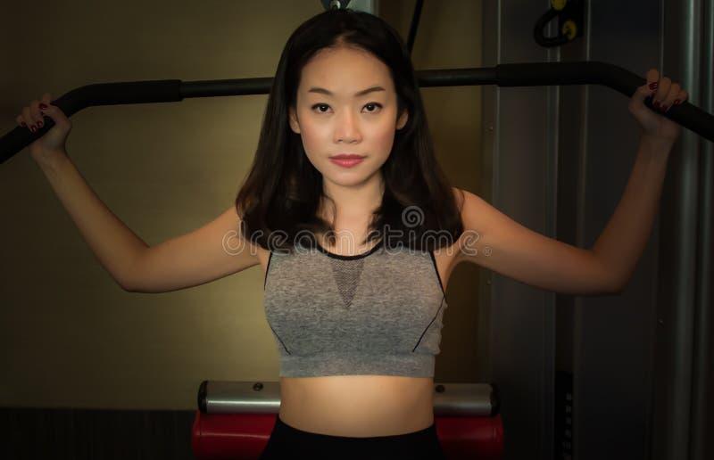 Azjatycki piękny robi ćwiczeniu obraz stock