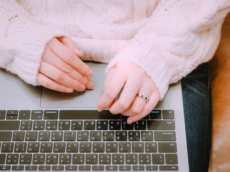 Azjatycki piękny woman30s 40s ręka z obrączki ślubnej use podołkiem zdjęcie stock