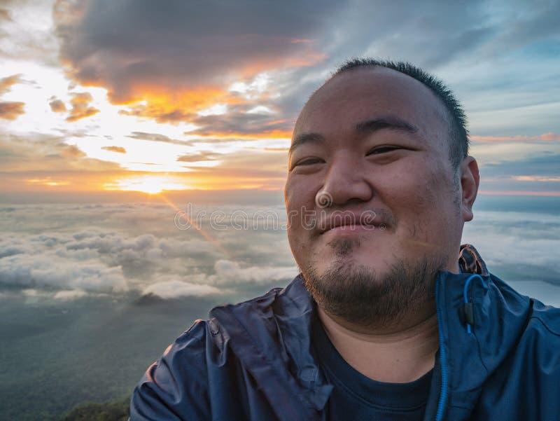 Azjatycki podróżnik Bierze Selfie z Pięknym wschód słońca niebem obrazy stock