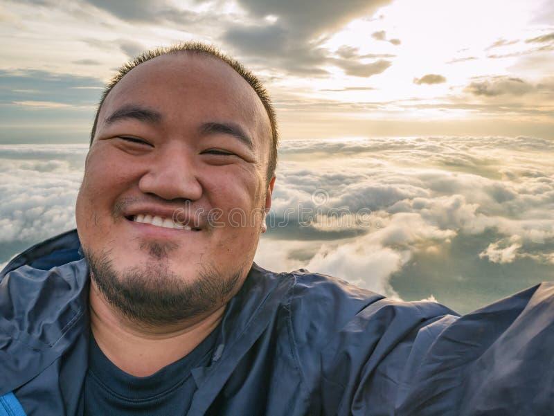 Azjatycki podróżnik Bierze Selfie z Pięknym wschód słońca niebem obrazy royalty free