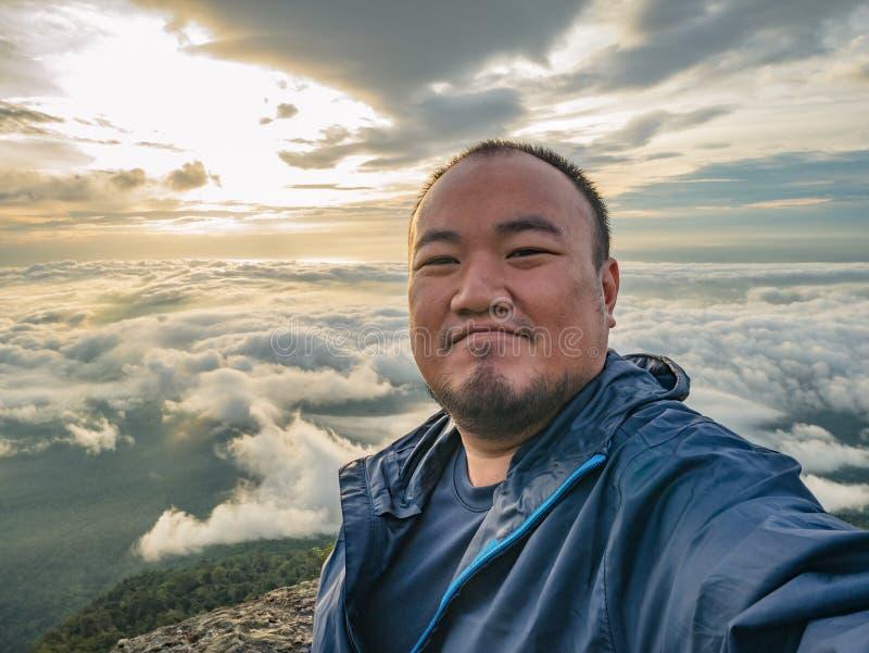 Azjatycki podróżnik Bierze Selfie z Pięknym wschód słońca niebem zdjęcie royalty free