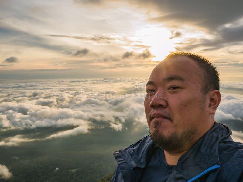 Azjatycki podróżnik Bierze Selfie z Pięknym wschód słońca niebem obraz stock