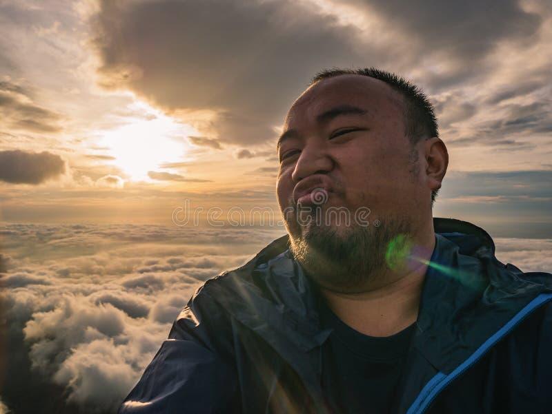 Azjatycki podróżnik Bierze Selfie z Pięknym wschód słońca niebem obraz royalty free