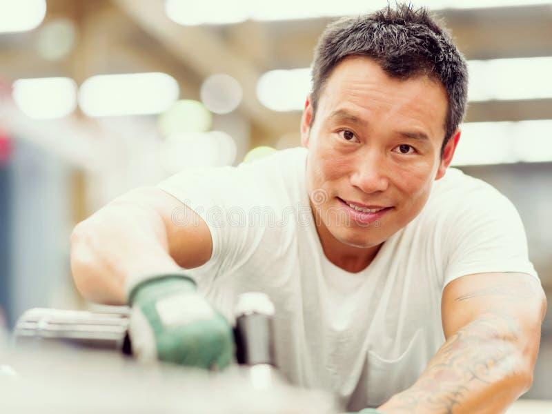 Azjatycki pracownik w produkci roślinie na fabryce obraz stock
