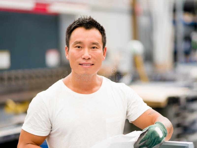 Azjatycki pracownik w produkci roślinie na fabryce obrazy stock