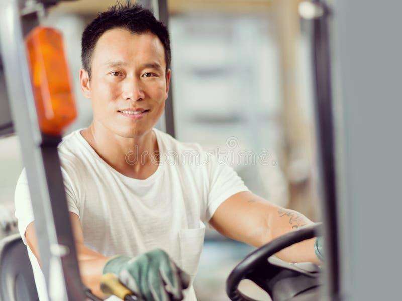 Azjatycki pracownik w produkci roślinie na fabryce zdjęcie stock