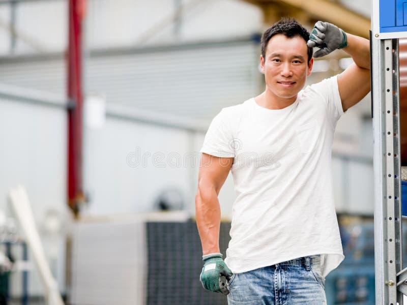 Azjatycki pracownik w produkci roślinie na fabryce obrazy royalty free