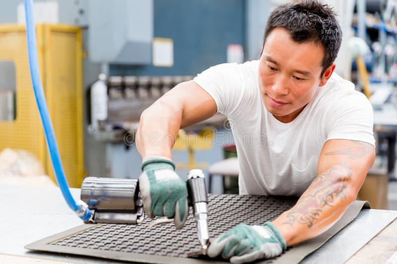 Azjatycki pracownik w produkci roślinie na fabryce zdjęcie royalty free