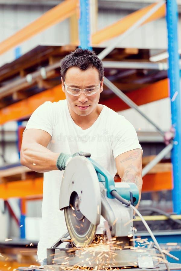 Azjatycki pracownik w produkci roślinie na fabryce zdjęcia stock