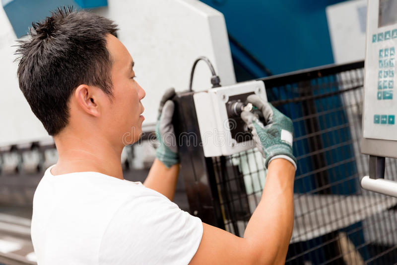 Azjatycki pracownik w produkci roślinie na fabryce fotografia royalty free