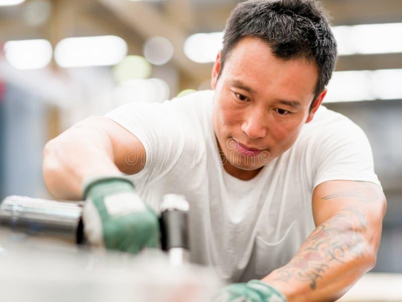 Azjatycki pracownik w produkci roślinie na fabryce fotografia stock