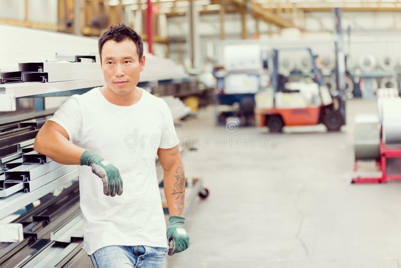 Azjatycki pracownik w produkci roślinie na fabryce obraz royalty free