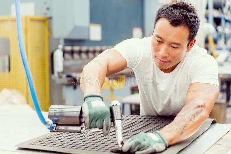 Azjatycki pracownik w produkci roślinie na fabryce zdjęcia royalty free
