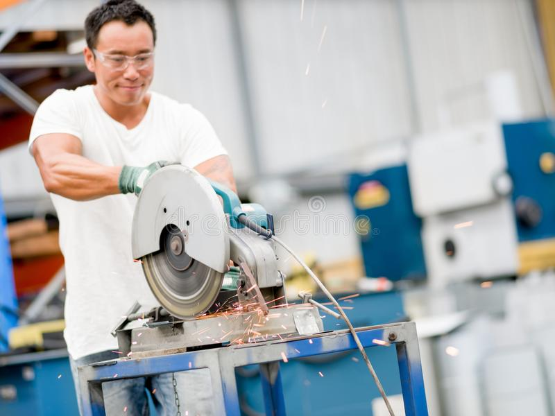 Azjatycki pracownik w produkci roślinie na fabrycznej podłoga fotografia stock