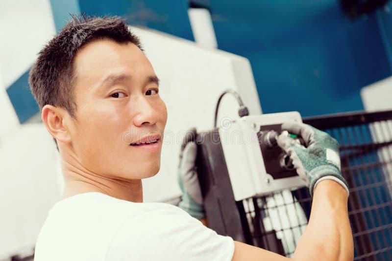 Azjatycki pracownik w produkci roślinie na fabrycznej podłoga obrazy stock
