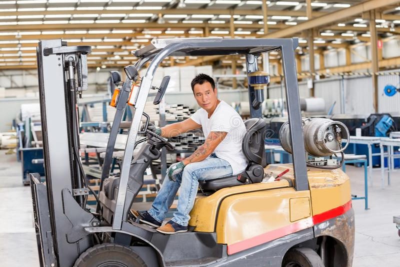 Azjatycki pracownik w produkci roślinie na fabrycznej podłoga zdjęcie stock