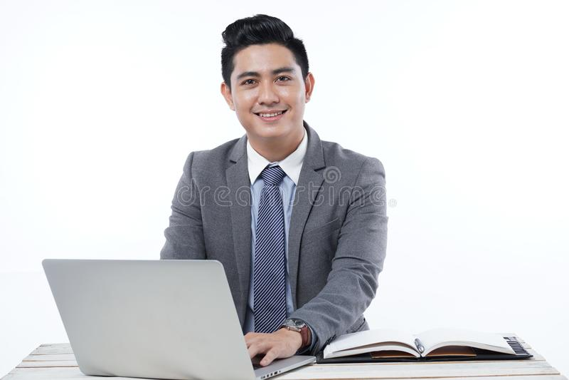 Azjatycki Przystojny Młody Biznesowy mężczyzna Odizolowywający na Białym tle zdjęcie royalty free