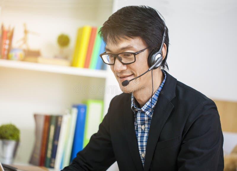Azjatycki przystojny m??czyzny operator przy prac?, biznesowa reklamy komunikacja c zdjęcie stock