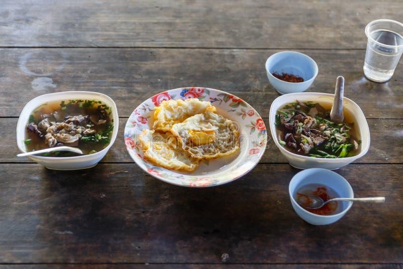 Azjatycki ranku posiłek, wieprzowiny polewka z Smażącym jajkiem przy Umphang w Tak prowinci w Północno-zachodni Tajlandia obrazy royalty free