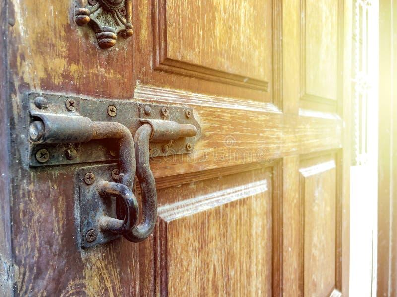 Azjatycki rocznika kędziorek na drewnianym drzwi z światło słoneczne skutkiem zdjęcie royalty free