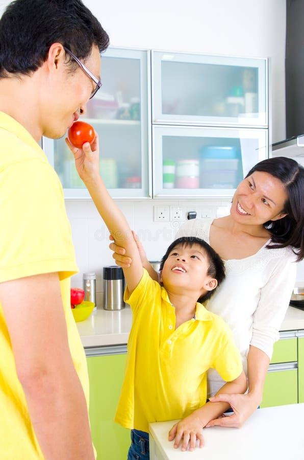 Azjatycki Rodzinny Kuchenny styl życia obraz stock