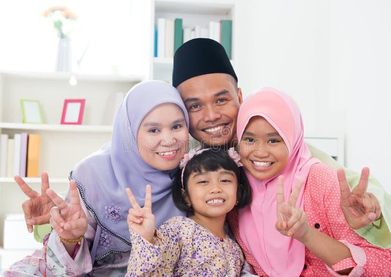 Azjatycki rodzinny pokazuje v zwycięstwa ręki znak fotografia royalty free