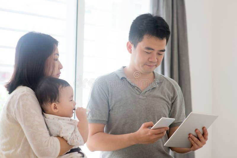 Azjatycki rodzinny skanuje QR kod zdjęcie royalty free