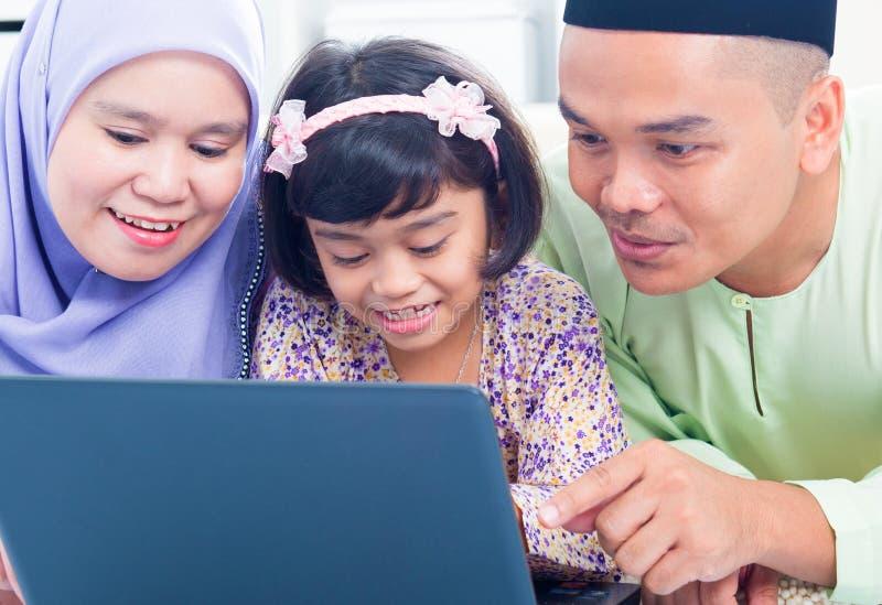 Azjatycki rodzinny wyszukuje internet obraz royalty free