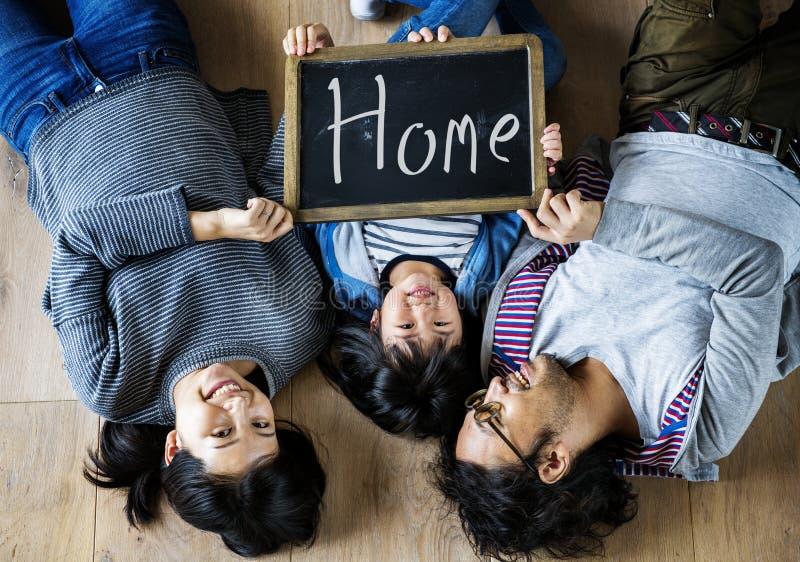 Azjatycki rodzinny zakupu nowy dom zdjęcia stock