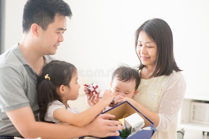Azjatycki rodziny i bożych narodzeń prezent zdjęcia stock