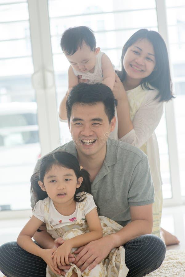 Azjatycki rodziny piggyback obrazy stock